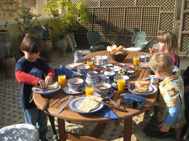 Frühstück auf der Dachterrasse in Fès