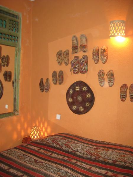 Schlafzimmer mit antiken Schuhen