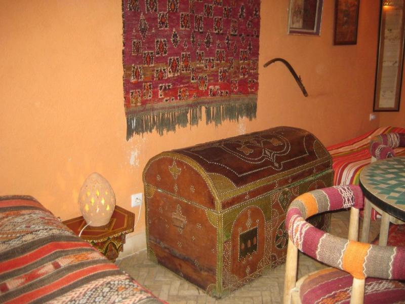 Antike Truhe und Teppich im Zimmer in Fès