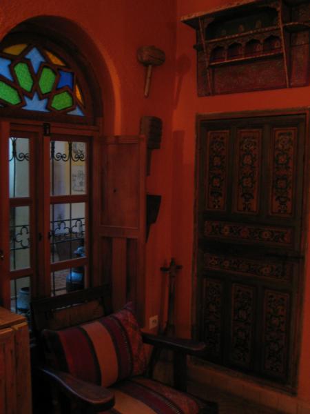 Fenster zum Innenhof im Zimmer in Fès