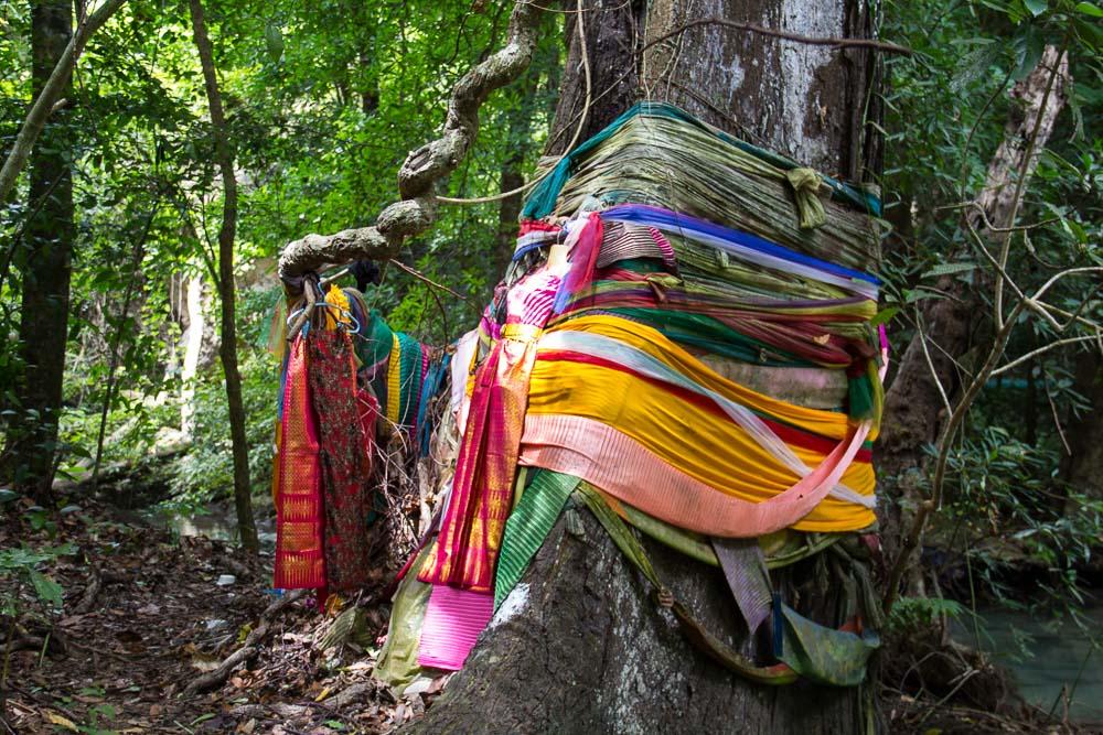 Riten am Erawan-Wasserfall, Kanchanaburi