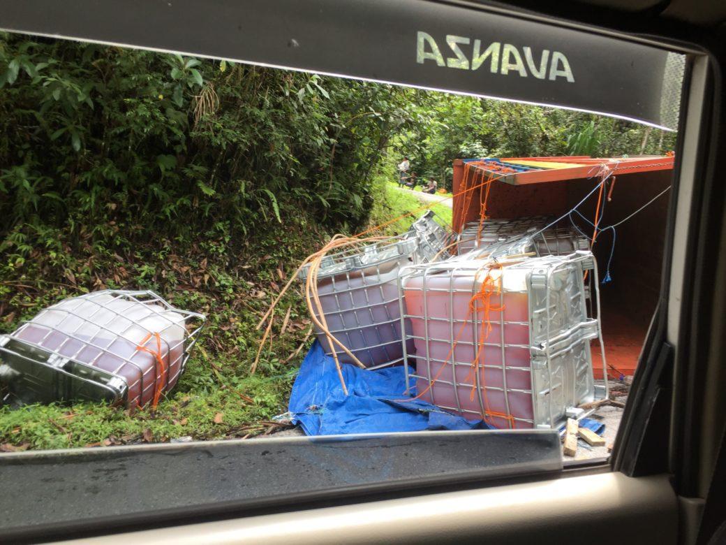Fahrt Tentena nach Rantepao LKW umgekippt
