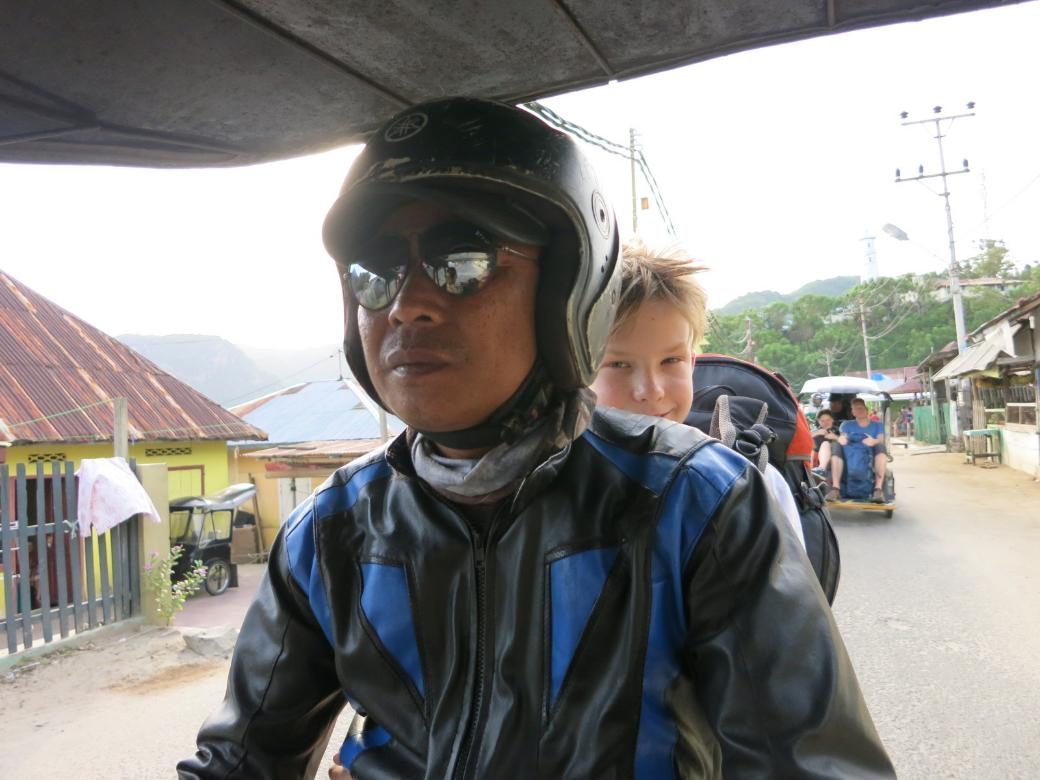 Gorontalo Fahrt zur Fähre mit dem Bentor