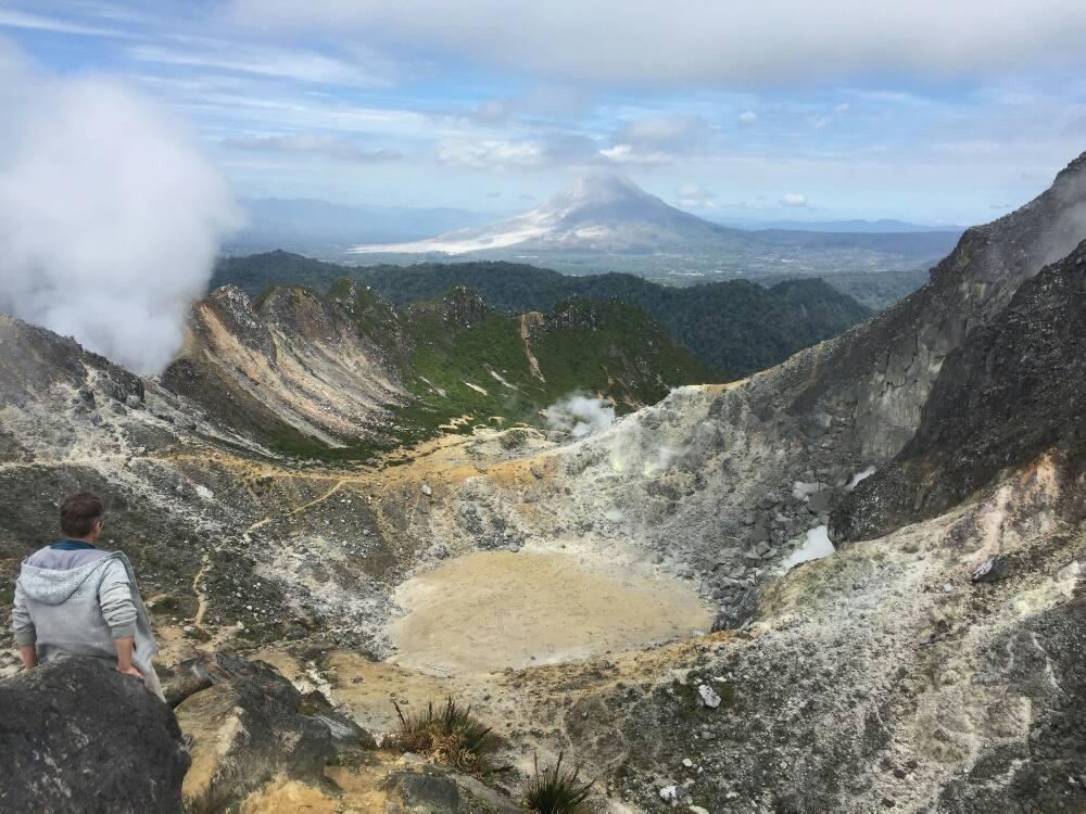Gunung Sibayak - Alex am Kraterrand mit Sinabung