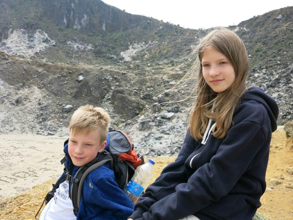 Gunung Sibayak - Svenja und Mattis am Kraterrand