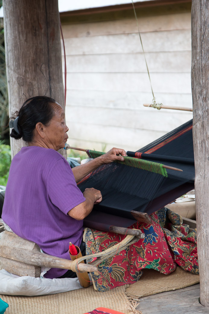 Weberin in einem Toraja-Dorf