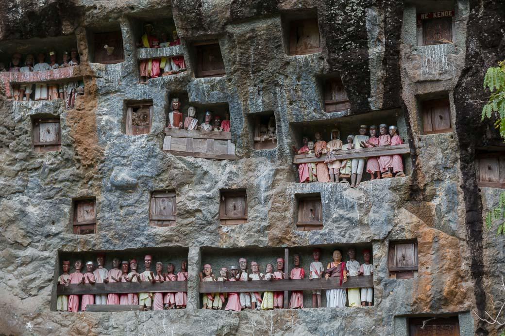 Mit dem Bemo zu den Felsengräbern in Lemo