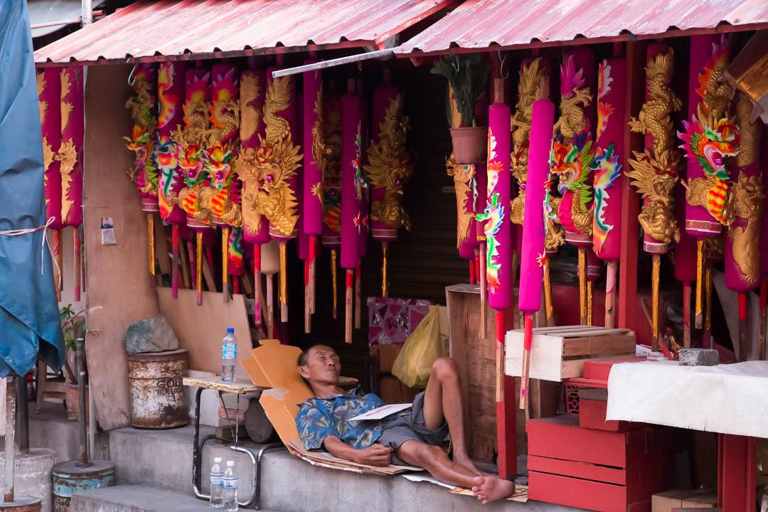 Schlafender Räucherstäbchen-Verkäufer, George Town, Malaysia