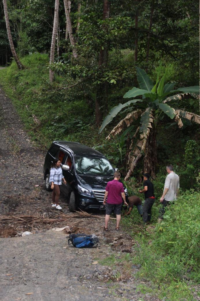 Manado Auto von der Brücke gerutscht