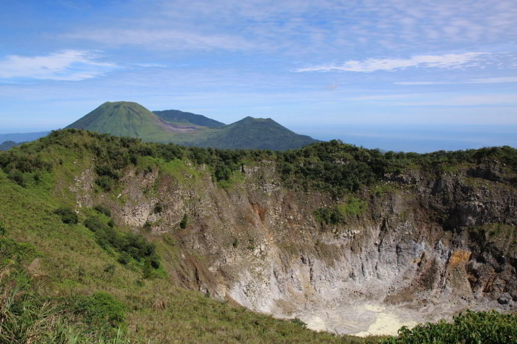 Minahasa Vulkankrater Mahawu mit Blick auf Vulkan Empung