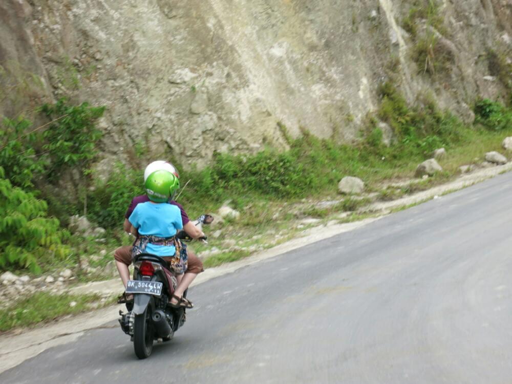 Mit dem Motorroller über Samosir