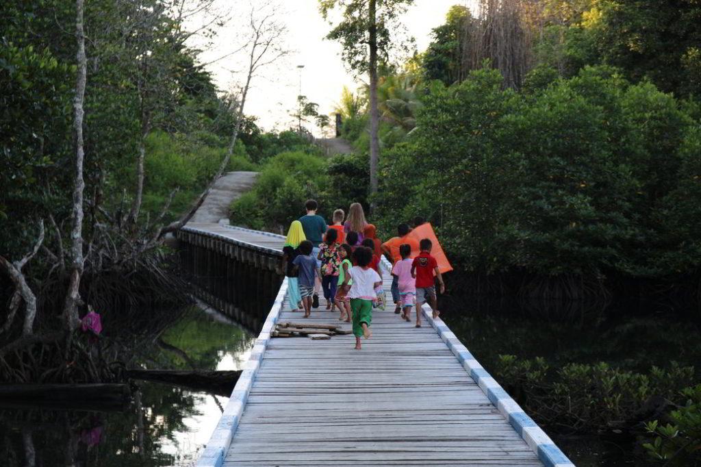 Togians Bajo-Dorf mit Kindern
