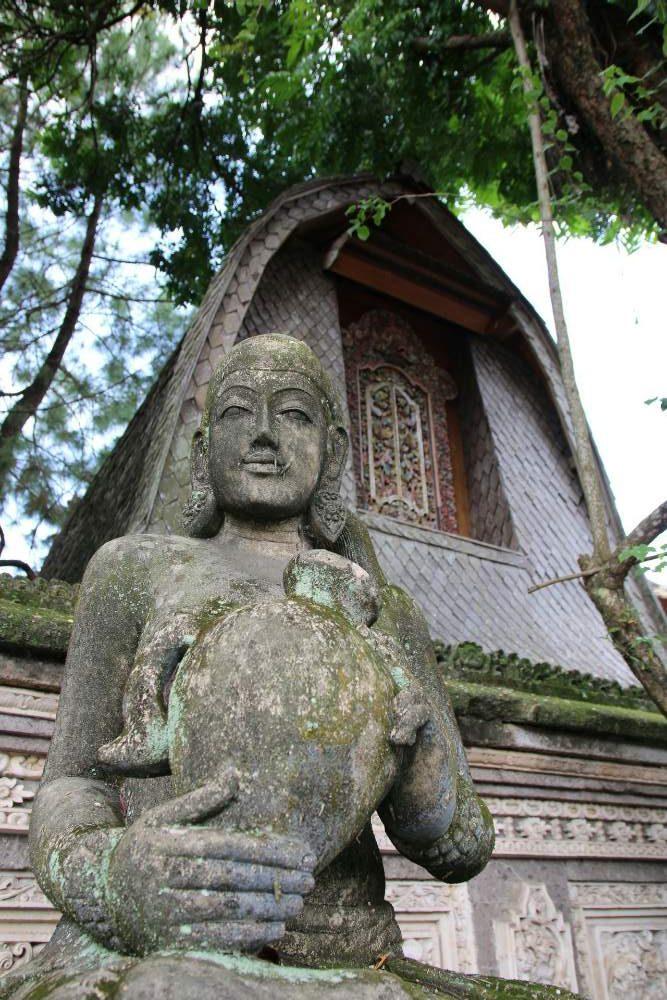 Ubud - Statue mit Haus