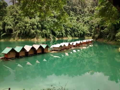 Smaragdgrünes Wasser